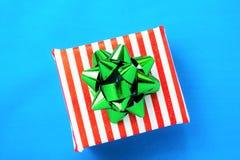 Presente e azevinho Foto de Stock Royalty Free