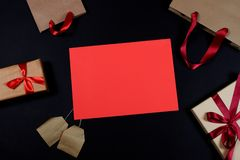 Presente e borse su fondo nero fotografie stock libere da diritti