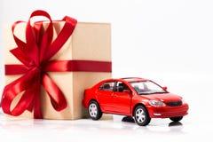 Presente e carro da caixa Fotografia de Stock