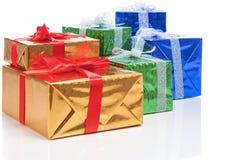 Presente e concetti di celebrazione Molti contenitori di regalo conclusi variopinti che stanno insieme nella linea Immagini Stock Libere da Diritti