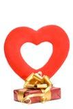 Presente e coração vermelho Imagens de Stock Royalty Free