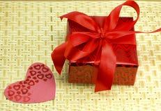 Presente e corações em uma madeira de vime Fotografia de Stock Royalty Free
