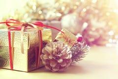 Presente e decorações do Natal contra o backgrouond defocussed imagem de stock