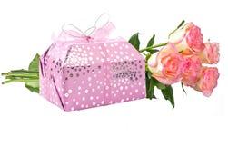 Presente e flores fotos de stock