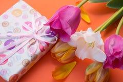 Presente e flores Fotografia de Stock