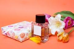 Presente e flores Imagens de Stock Royalty Free