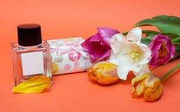 Presente e flores Fotos de Stock Royalty Free