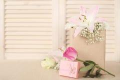 Presente e flores do dia de são valentim Imagem de Stock