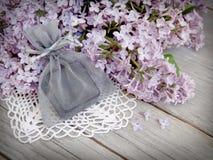 Presente e lilás na madeira Imagens de Stock