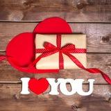 Presente e o ` do ` das palavras eu te amo em um fundo de madeira Corações do dia de Valentin Cartão do dia do Valentim Imagens de Stock