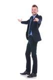 Presente e punti dell'uomo di affari voi Fotografia Stock Libera da Diritti