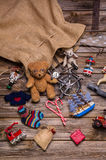 Presente e regali del sacco di Santa: vecchi giocattoli antichi di legno per la c Fotografia Stock
