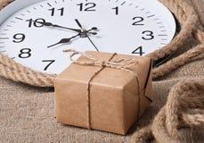 Presente e relógios imagem de stock