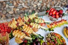 Presente el abastecimiento con diversas frutas tales como sandía, pineapp Imagen de archivo