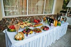 Presente el abastecimiento con diversas frutas tales como sandía, pineapp Fotografía de archivo