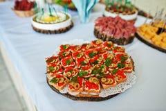 Presente el abastecimiento con el caviar y bocados del pan en la recepción nupcial Foto de archivo libre de regalías