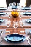 Presente el ajuste con copas de vino, cubiertos y placas imagen de archivo libre de regalías