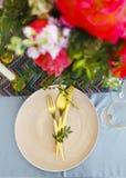 Presente el ajuste en estilo del vintage adornado con las flores Fotografía de archivo libre de regalías