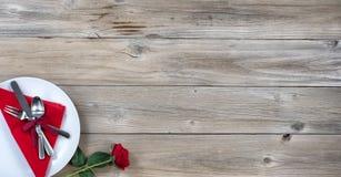 Presente el ajuste para la cena de las tarjetas del día de San Valentín en la madera rústica foto de archivo libre de regalías