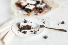 Presente el ajuste, torta del brownie del postre del chocolate con las bayas en a Imagen de archivo libre de regalías