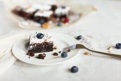 Presente el ajuste, torta del brownie del postre del chocolate con las bayas en a Fotos de archivo libres de regalías
