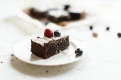 Presente el ajuste, torta del brownie del postre del chocolate con las bayas en a Fotografía de archivo