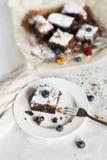Presente el ajuste, torta del brownie del postre del chocolate con las bayas en a Imagenes de archivo