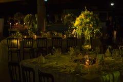 Presente el decoraction, la decoración de la boda de la noche con las velas y las copas de vino, pieza central de la boda imagen de archivo
