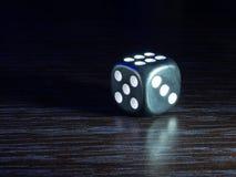 Presente el juego con los dados por la tarde con la luz oscuro en un fondo oscuro foto de archivo