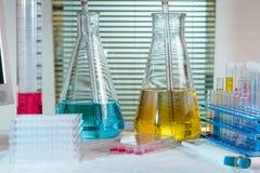 Presente el laboratorio de investigación con la sustancia química del equipo, tubos de ensayo, f Imagenes de archivo