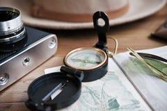 Presente el pasaporte del whith, la cámara del vintage, el compás, las gafas de sol y el sombrero Foto de archivo libre de regalías