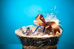 Presente em uma cesta fotografia de stock royalty free