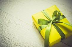 Presente en fondo de madera Mime al día del ` s, al ` s de la tarjeta del día de San Valentín o al concepto del cumpleaños Foto de archivo