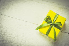 Presente en fondo de madera Mime al día del ` s, al ` s de la tarjeta del día de San Valentín o al concepto del cumpleaños Imagen de archivo libre de regalías