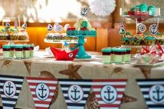 presente en la decoración de la tabla de la decoración del día de fiesta de los niños en estilo marino foto de archivo