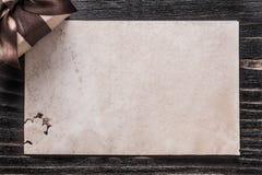 Presente encaixotado com papel da curva na placa de madeira do vintage fotos de stock