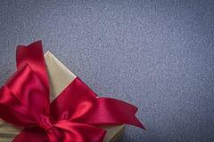 Presente encajonado con el papeleo en concepto gris de los días de fiesta del fondo Imagen de archivo