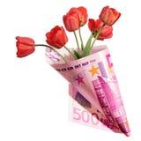 Presente engraçado, ramalhete das flores vermelhas da tulipa envolvidas em cinco cem fotografia de stock