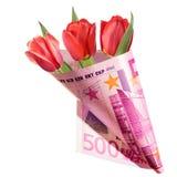 Presente engraçado, ramalhete das flores vermelhas da tulipa envolvidas no dinheiro foto de stock royalty free