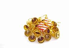 Presente envolvido do Natal em Bels douradas Foto de Stock Royalty Free