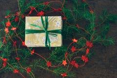 Presente envolvido mão do Natal com fita verde Foto de Stock Royalty Free