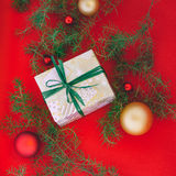 Presente envolvido mão do Natal com fita verde Imagem de Stock Royalty Free