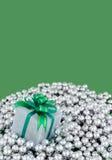 Presente envuelta en las perlas de plata Imagenes de archivo