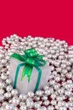 Presente envuelta en las perlas de plata Imagen de archivo libre de regalías