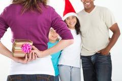 Presente escondendo do Natal Imagens de Stock