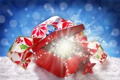 Presente feericamente do Natal na caixa vermelha Imagens de Stock Royalty Free