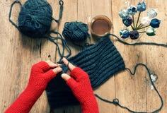 Presente feito a mão, dia especial, inverno, malha, lenço Fotografia de Stock