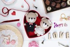 Presente felice di anniversario: l'orsacchiotto dello sposo e della sposa lavora all'uncinetto la d immagine stock