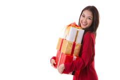 Presente feliz de la caja de regalo del Año Nuevo del control de la sonrisa de la muchacha de la Navidad Foto de archivo