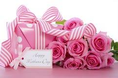 Presente feliz do às bolinhas do rosa do dia de mães Imagens de Stock Royalty Free